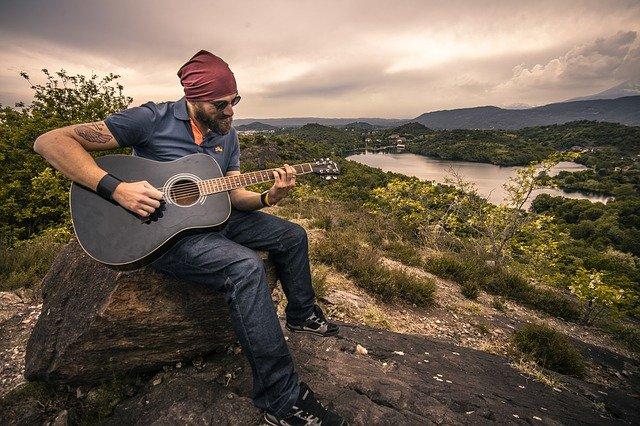 kytarista v přírodě