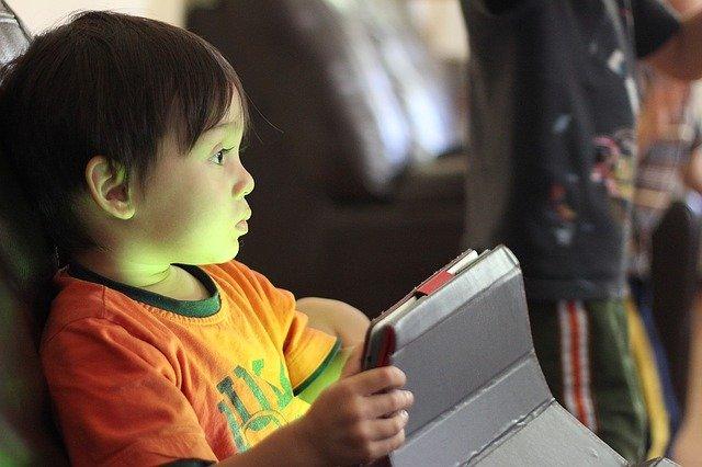 malý chlapec s tabletem