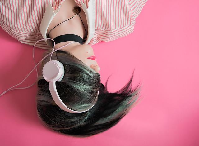 dívka s velkými sluchátky