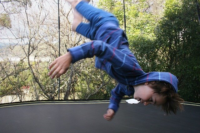 chlapeček na trampolíně