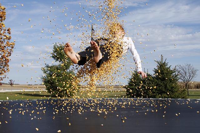 chlapec, kukuřice, trampolína