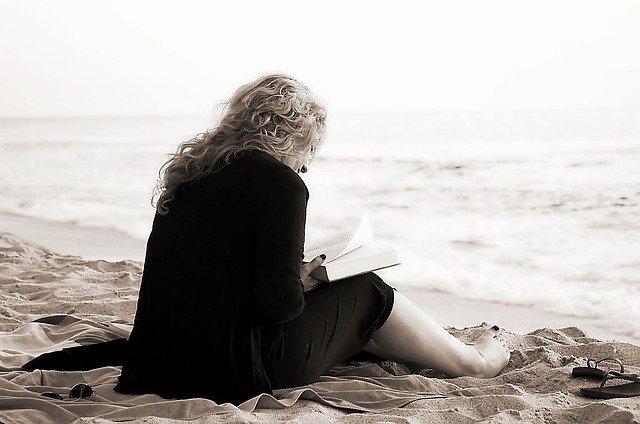 žena s knihou na pláži