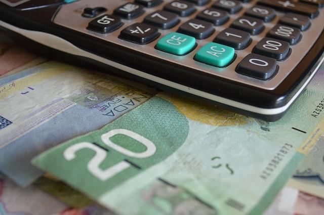 peníze pod kalkulačkou.jpg