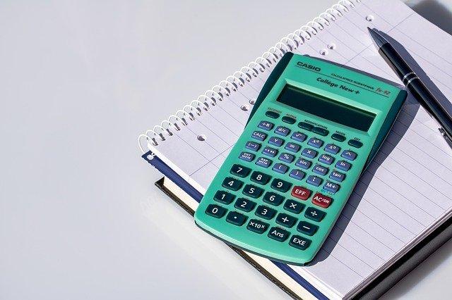 poznámkový blok pod kalkulačkou.jpg