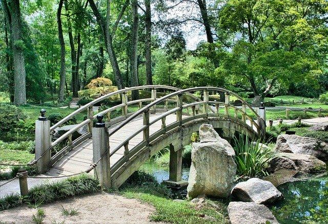 most na zahradě