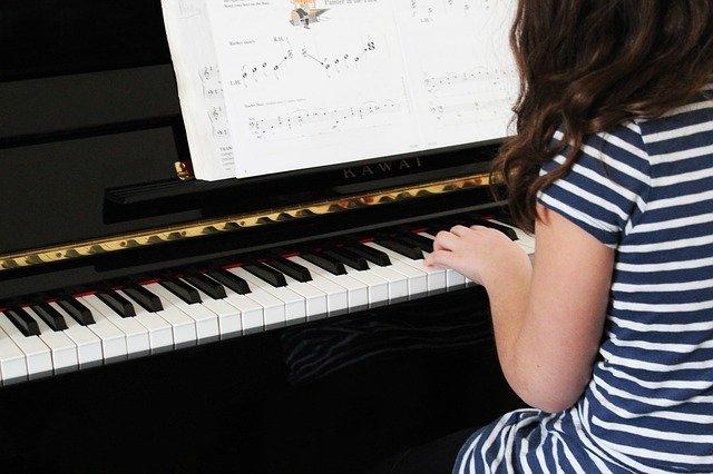 hraní na klavír