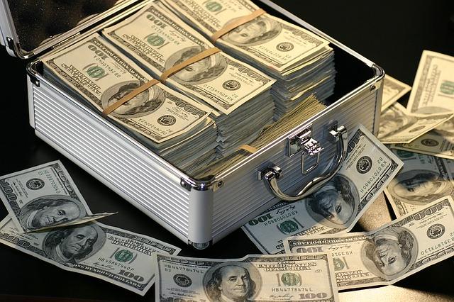 kufřík se sto dolarovými bankovkami