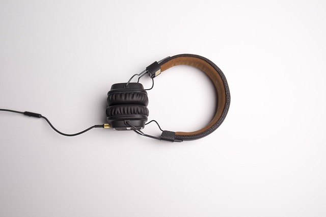 sluchátka na stole