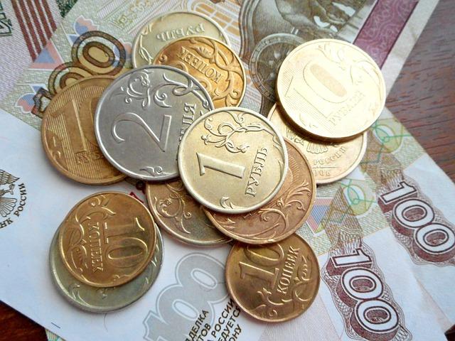 drobné mince ležící na bankovkách