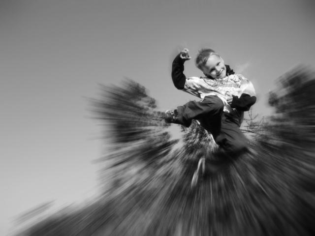malý chlapec při výskoku.jpg