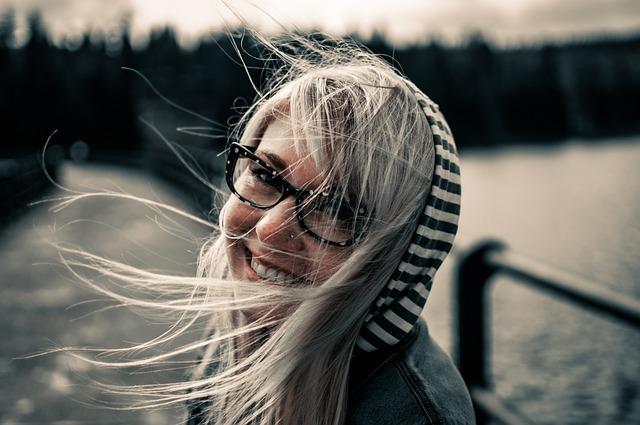 Zářivý úsměv mladé slečny