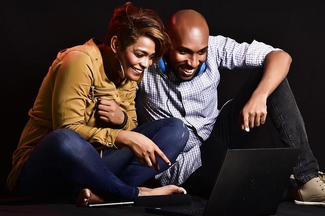 Spokojený pár u počítače