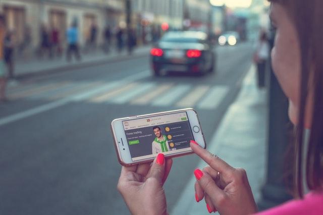 dívka s mobilním telefonem na ulici