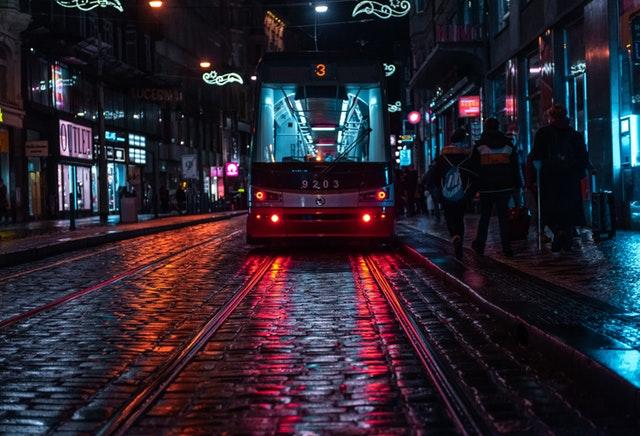 noční tramvaj ve městě.jpg