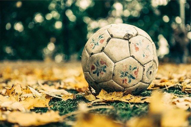 Okopaný fotbalový míč.jpg