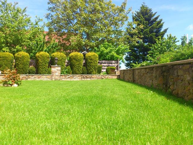 zahrada s kamennou zídkou