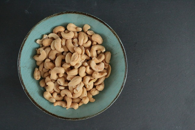 loupané kešu ořechy v misce